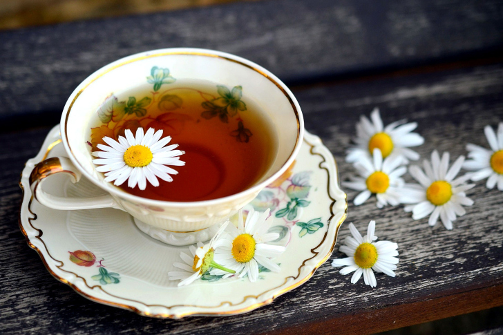 Tea with daisies wallpaper