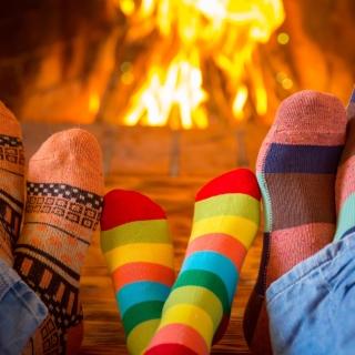 Happy family near fireplace - Obrázkek zdarma pro iPad 2
