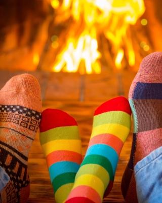 Happy family near fireplace - Obrázkek zdarma pro Nokia C-5 5MP