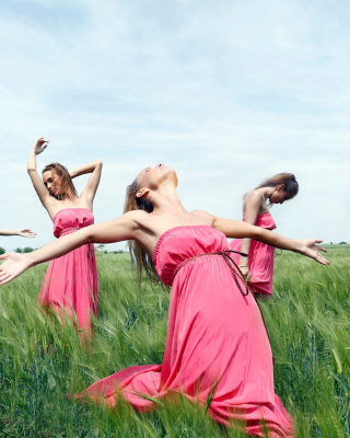 Girl In Pink Dress Dancing In Green Fields - Obrázkek zdarma pro 320x480