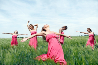 Girl In Pink Dress Dancing In Green Fields - Obrázkek zdarma