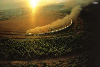 Train On Railway - Obrázkek zdarma pro Sony Xperia E1