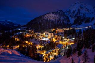 Night Bergamo, Lombardia - Obrázkek zdarma pro Desktop Netbook 1366x768 HD