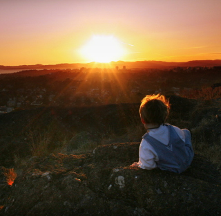 Little Boy Looking At Sunset From Hill - Obrázkek zdarma pro iPad