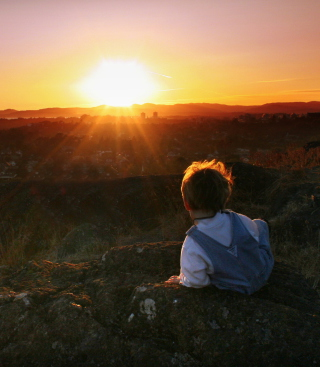 Little Boy Looking At Sunset From Hill - Obrázkek zdarma pro Nokia 300 Asha