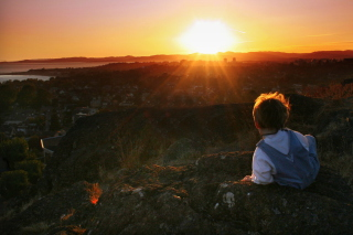 Little Boy Looking At Sunset From Hill - Obrázkek zdarma pro Android 600x1024