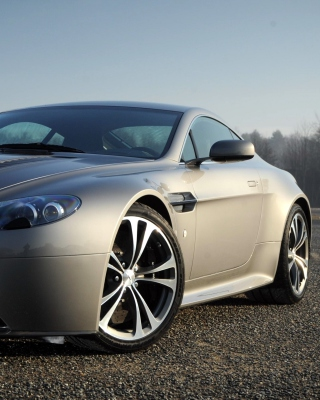 Aston Martin V8 Vantage - Obrázkek zdarma pro Nokia C-5 5MP