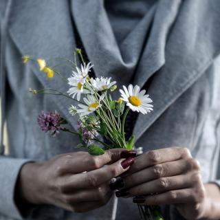 Pretty Little Field Bouquet In Hands - Obrázkek zdarma pro 128x128