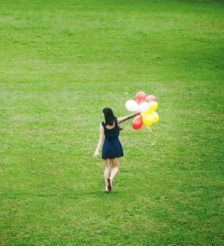 Girl With Colorful Balloons In Green Field - Obrázkek zdarma pro 320x320