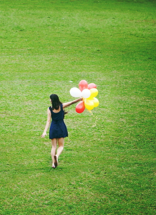 Girl With Colorful Balloons In Green Field - Obrázkek zdarma pro Nokia 300 Asha