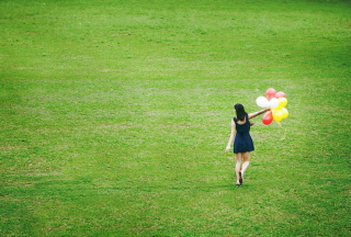Girl With Colorful Balloons In Green Field - Obrázkek zdarma