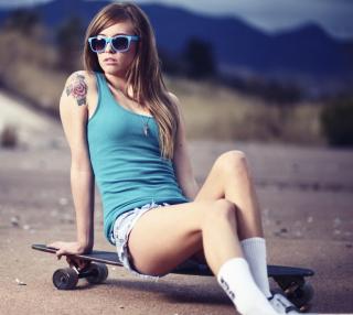 Skater Girl With Tattoo - Obrázkek zdarma pro iPad 2