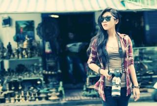 Brunette Asian Girl With Photo Camera - Fondos de pantalla gratis para LG E400 Optimus L3