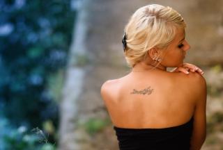 Posh Tattooed Blonde - Obrázkek zdarma pro Nokia X2-01