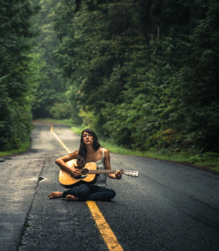 Girl Playing Guitar On Countryside Road - Obrázkek zdarma pro Nokia Asha 310