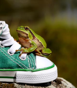 Green Frog Sneakers - Obrázkek zdarma pro Nokia Asha 203