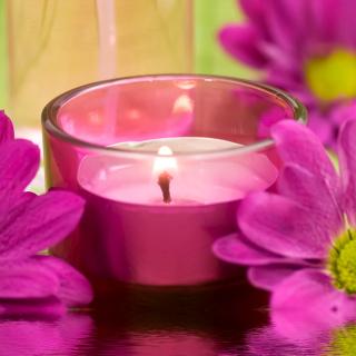Violet Candle and Flowers - Obrázkek zdarma pro iPad