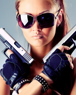 Girl with Pistols - Obrázkek zdarma pro Nokia Asha 300