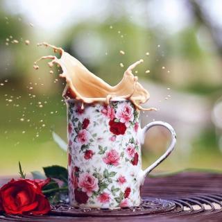 Coffee With Milk In Flower Mug - Obrázkek zdarma pro 128x128