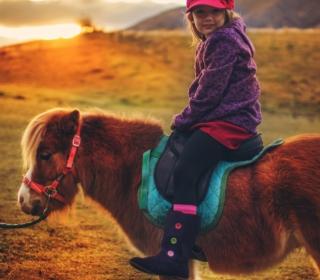 Little Girl On Pony - Obrázkek zdarma pro iPad