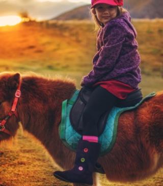 Little Girl On Pony - Obrázkek zdarma pro 640x960