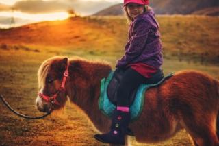 Little Girl On Pony - Obrázkek zdarma pro Nokia C3