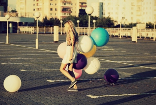 Happy Girl With Colorful Balloons - Obrázkek zdarma pro Samsung Galaxy