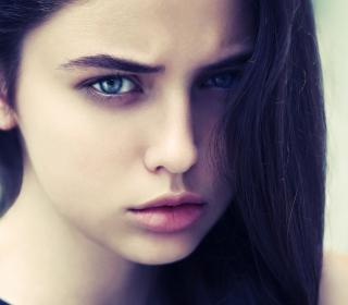 Brunette Girl With Blue Eyes - Obrázkek zdarma pro 320x320
