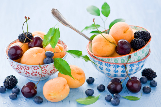 Apricots, cherries and blackberries - Obrázkek zdarma pro Widescreen Desktop PC 1920x1080 Full HD