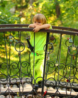 Pensive child - Obrázkek zdarma pro 240x432