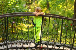 Pensive child - Obrázkek zdarma pro HTC Desire 310
