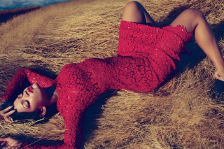 Rihanna In Gorgeous Red Dress - Obrázkek zdarma pro Desktop Netbook 1366x768 HD