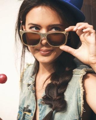 Cool Girl - Obrázkek zdarma pro iPhone 5