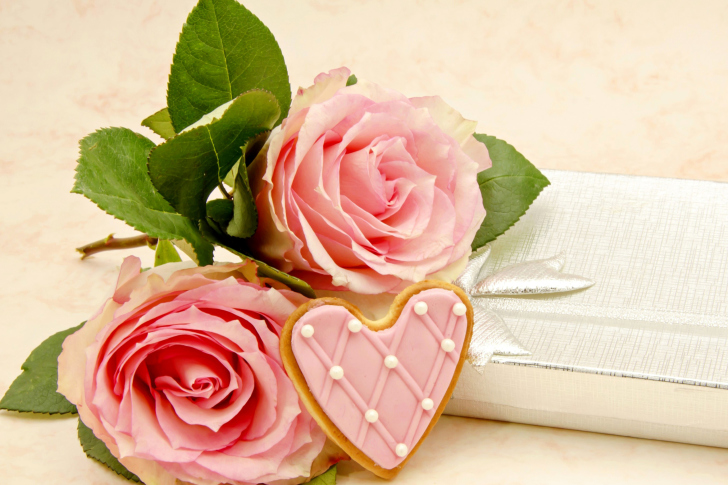 Pink roses and delicious heart wallpaper