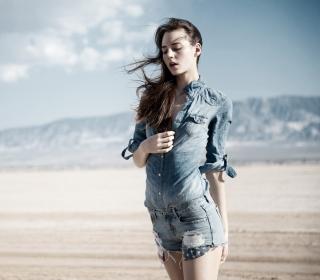 Brunette Model In Jeans Shirt - Obrázkek zdarma pro iPad 2