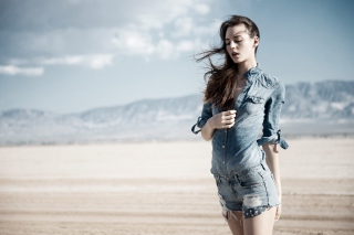 Обои Brunette Model In Jeans Shirt для телефона