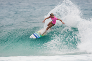 Картинка Girl In Pink T-Shirt Surfing для телефона