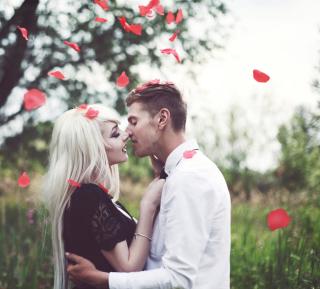 Kiss And Red Rose Petals - Obrázkek zdarma pro 128x128