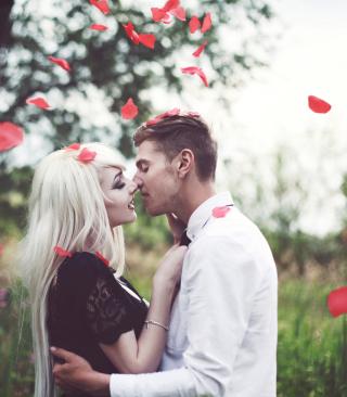 Kiss And Red Rose Petals - Obrázkek zdarma pro 1080x1920