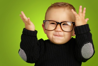 Happy Baby Boy In Fashion Glasses - Obrázkek zdarma pro Android 640x480