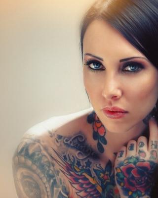 Blue Eyed Tattooed Brunette - Obrázkek zdarma pro 320x480