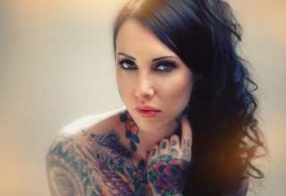 Blue Eyed Tattooed Brunette - Obrázkek zdarma pro 1600x900