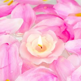 Candle on lotus petals - Obrázkek zdarma pro iPad mini 2