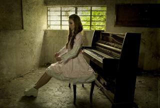 Girl And Piano - Obrázkek zdarma pro 800x480
