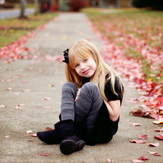 Little Blonde Girl In Autumn Park - Obrázkek zdarma pro iPad