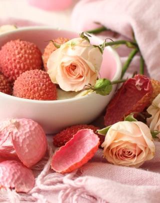 Pink Roses And Petals - Obrázkek zdarma pro Nokia Asha 502