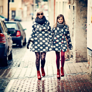 Mother And Daughter In Matching Coats - Obrázkek zdarma pro iPad mini