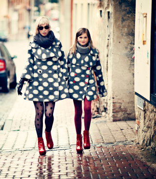 Mother And Daughter In Matching Coats - Obrázkek zdarma pro iPhone 5C