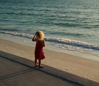 Child Looking At Sea - Obrázkek zdarma pro iPad