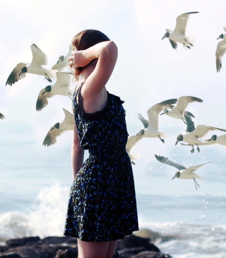 Girl On Sea Coast And Seagulls - Obrázkek zdarma pro iPhone 6